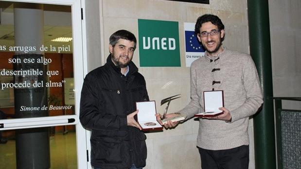 Pablo Baizán y Cristóbal Torres posan con el premio
