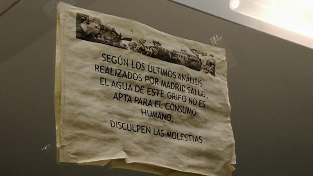 Un cartel en uno de los baños avisando de que el agua no es potable