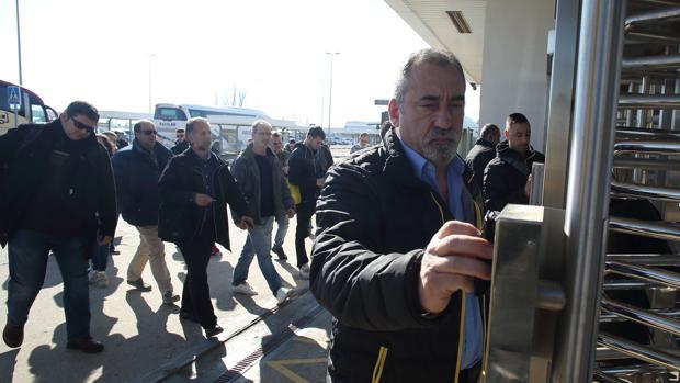 Trabajadores de Opel en Figueruelas, este martes, en los accesos a la factoría