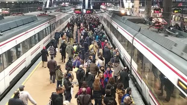 La estación de Atocha, llena de viajeros esperando al tren