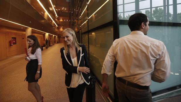 La presidenta Cifuentes y el portavoz de Ciudadanos, Ignacio Aguado, se cruzan en los pasillos de la Asamblea