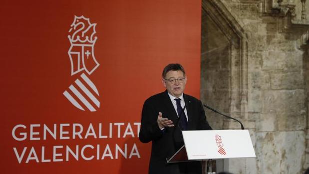 El presidente Ximo Puig, junto al nuevo distintivo de la Generalitat Valenciana, en la presentación