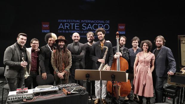 Intérpretes del Festival de Arte Sacro de la Comunidad de Madrid, junto al consejero de Cultura, Jaime de los Santos (quinto por la izquierda)