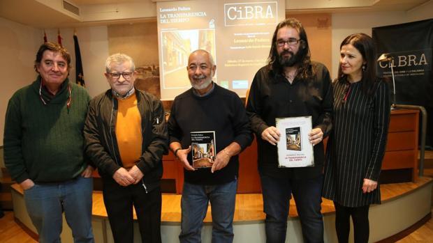 Padura, en el centro, con Ángel Felpeto y Luis García Montero