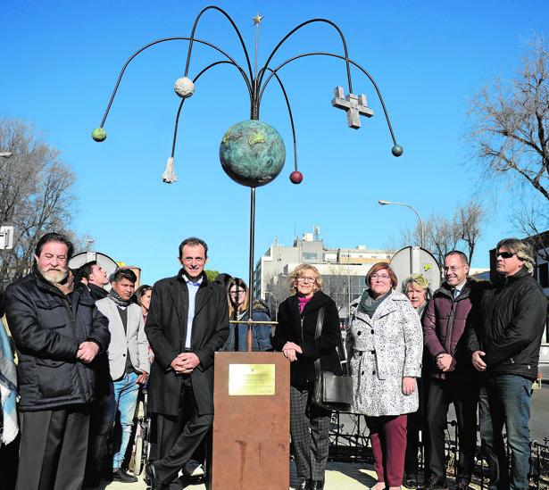 Pedro Duque, ayer, en la inauguración de la escultura junto con la alcaldesa y Yolanda Rodríguez