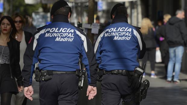 Dos policías municipales patrullan en Madrid