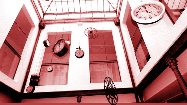 Patio de columnas de la Casa Malpica, con los relojes parados a las cinco de la tarde