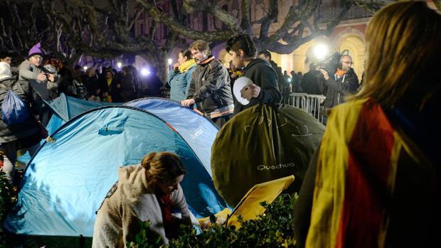 Manifestantes acampados ante el parlamento de Cataluña