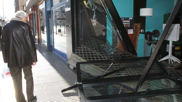 Aspecto de la fachada del bar Viena de Palencia que ha sufrido un robo por el método del alunizaje