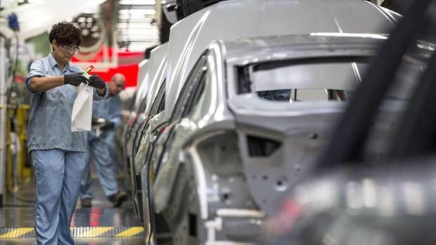 Una empleada en la factoría de Ford en Almussafes