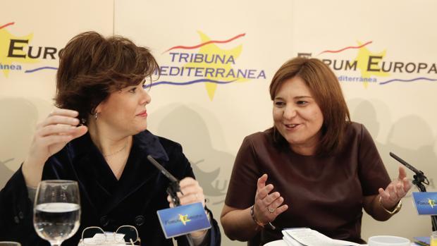 Isabel Bonig junto a Soraya Sáenz de Santamaría, en el Fórum Europa este miércoles
