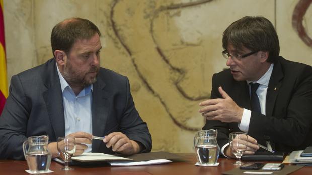 El expresidente Carles Puigdemont con el exvicepresidente Oriol Junqueras en la Generalitat