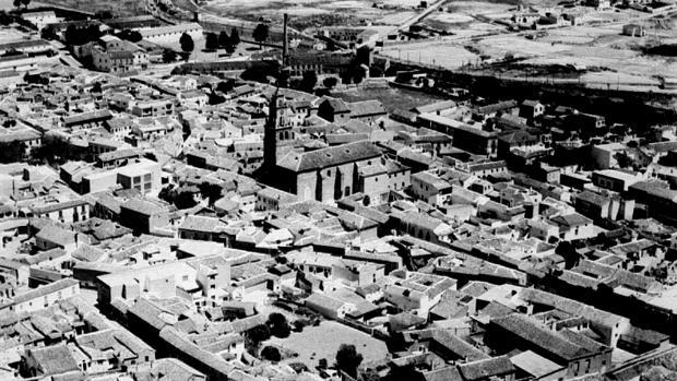 Vista área de Villacañas, en los años ochenta, localidad donde se asentó Rosario Cabezas tras la separación del magistrado Vindel y donde fue asesinada (Foto, Colección YA-Toledo. AMT)