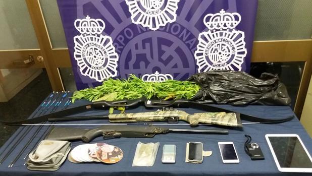 El detenido tenía armas, marihuana y numeroso material informático en el vehículo