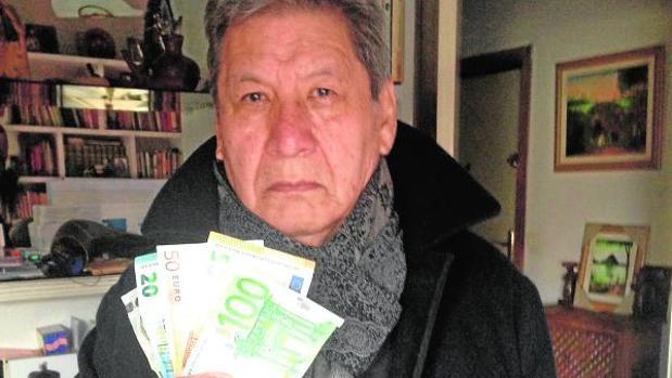 Mario Ágreda muestra los billetes falsos entregados a la Policía Nacional