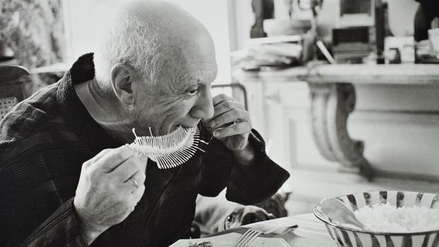 Picasso realizando «Plato con fósil de pez» en Cannes