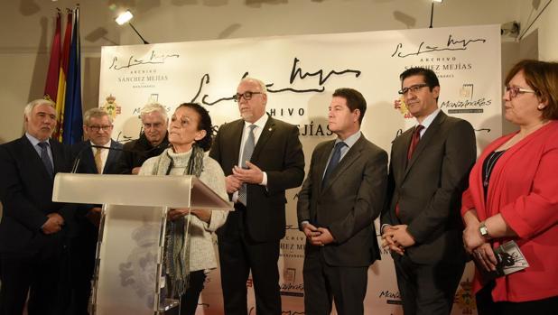 Paloma Recaséns, nieta de Sánchez Mejías, secundada por multitud de políticos, entre ellos el presidente de Castilla-La Mancha, Emiliano García-Page