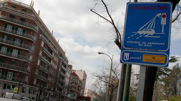 Señal que advierte de uno de los semáforos foto-rojo en Madrid