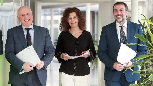 El gerente del Servizo Galego de Saúde, Antonio Fernández-Campa (i), acompañado por el director general de Asistencia Sanitaria, Jorge Aboal (d) y la subdirectora general de Atención Especializada, Carmen Durán