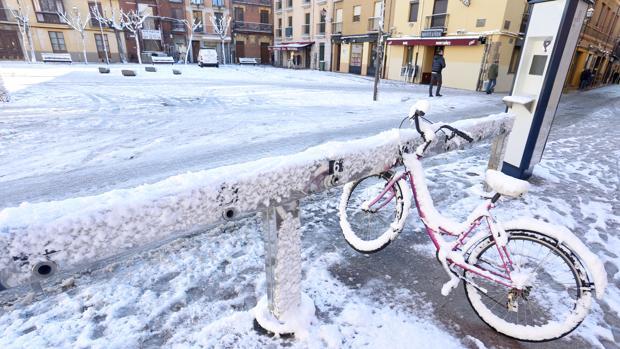 Alrededores de la plaza de San Isidoro cubiertos de nieve