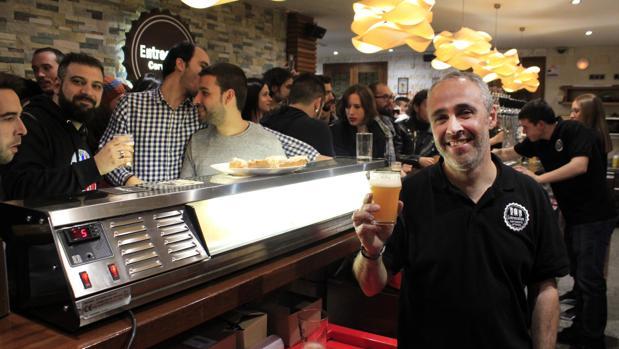 Víctor Martínez, uno de los tres socios de la cervecería «Entrecalles»