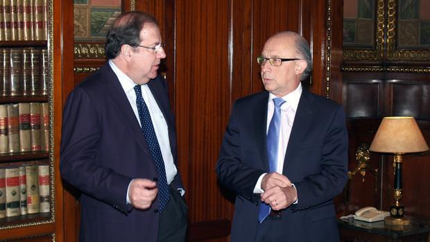 El presidente de la Junta, Juan Vicente Herrera, junto al ministro Cristóbal Montoro, en una imagen de archivo