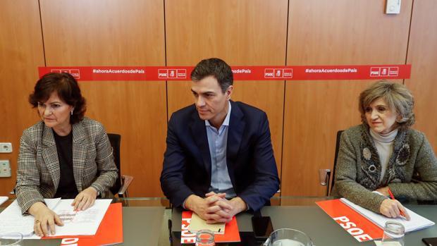 El secretario general del PSOE, Pedro Sánchez, acompañado por la secretaria del Área de Igualdad, Carmen Calvo, y la secretaria Ejecutiva de Sanidad y Consumo, María Luisa Carcedo