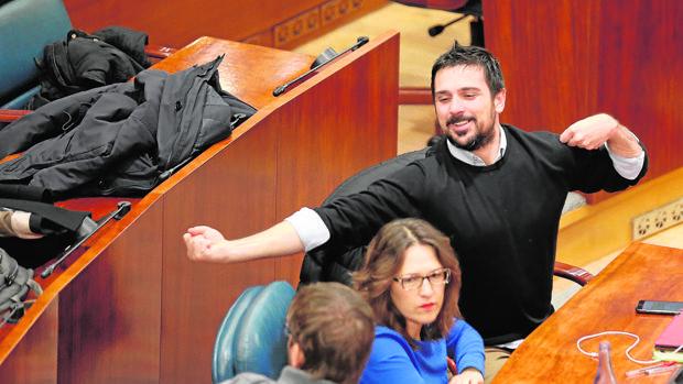 Ramón Espinar, desperezándose en su escaño de la Asamblea de Madrid
