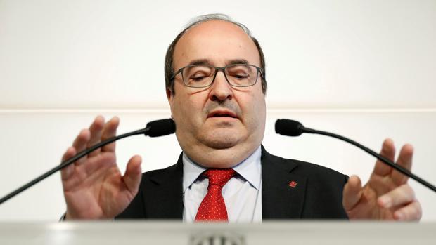 El líder del PSC, Miquel Iceta, durante la rueda de prensa en el Parlament