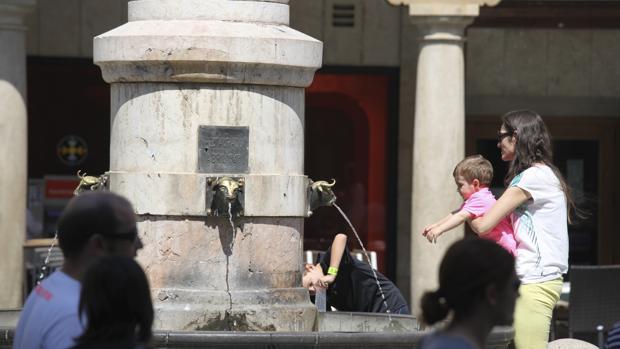 Desde octubre, la emblemática Fuente del Torico es la única de toda la ciudad de Teruel por la que aún sale agua, y de forma restringida