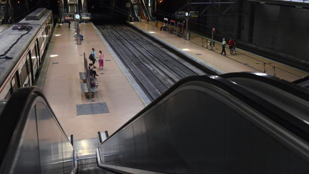 Una de las escaleras de la estación de Atocha