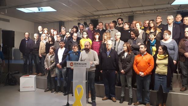 El vicepresidente de Òmnium, Marcel Mauri, durante la lectura del manifiesto
