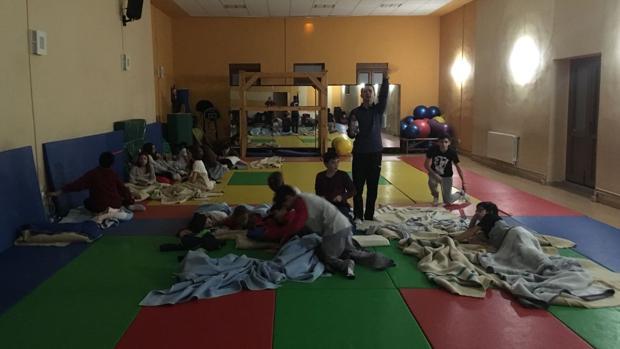El polideportivo del colegio La Salle en Los Corrales de Buelna donde pasaron la noche los escolares