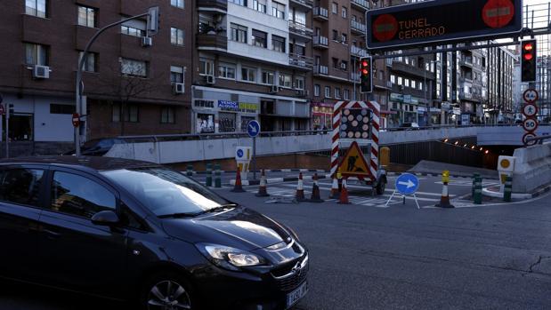 Un coche circula ayer junto a una de las entradas al túnel de Sor Ángela de la Cruz