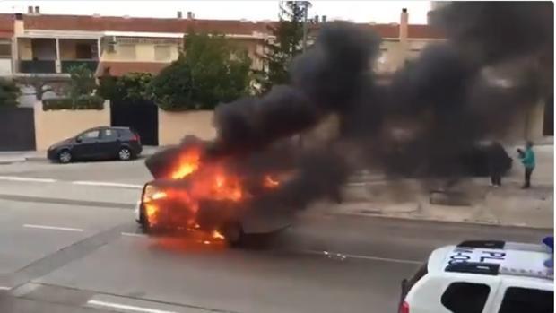 Imagen del coche envuelto en una bola de fuego