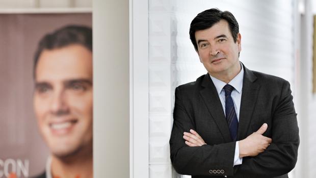 Fernando Giner posa en la sede de Ciudadanos en Valencia