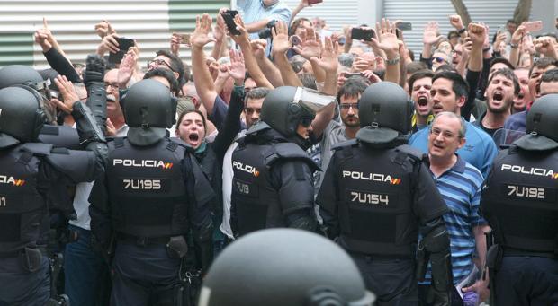 Policías actúan para evitar el refréndum ilegal del 1-O