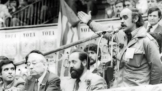 De derecha a izquierda, los aragoneses del PSA José Antonio Labordeta y Emilio Gastón, compartiendo mitin en 1977 con Enrique Tierno Galván