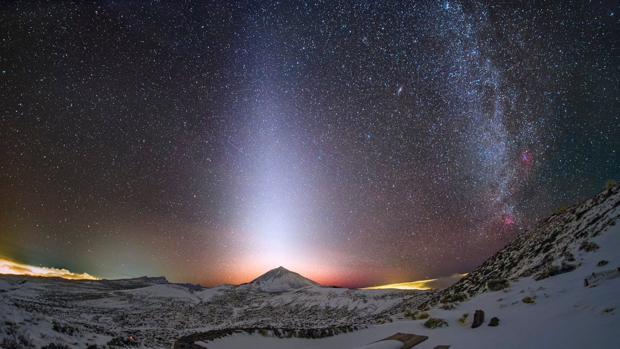 El Teide bajo brillante luz zodiacal, casi vertical respecto al horizonte, y situada justo sobre el volcán