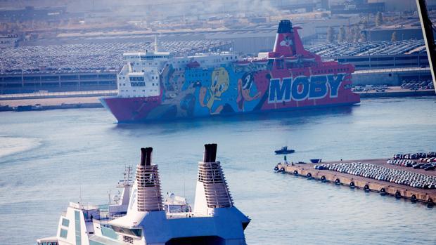 En la imagen, el barco decorado con los personajes de Warner Bros que alojó a los agentes