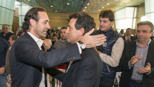El expresidente de Baleares José Ramón Bauzá (izda) junto al actual presidente de los populares en el archipiélago, el exconseller y diputado autonómico Biel Company (dcha)