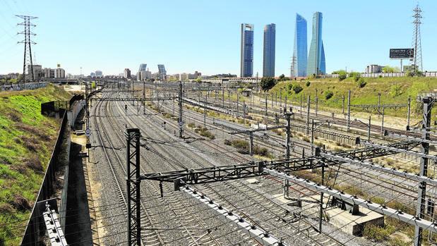 Vías de la estación de Chamartín, con las cuatro torres al fondo, donde se desarrollará la nueva operación Chamartín