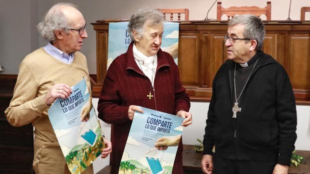 La misionera, en el centro, con el responsable de Manos Unidas en Valladolid y el obispo auxiliar