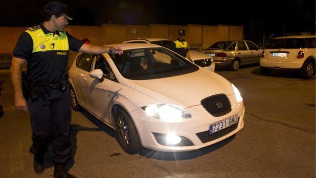 La Policía Municipal inspecciona un vehículo