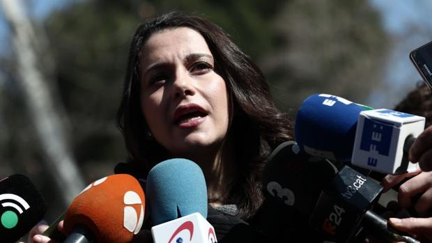 Inés Arrimadas hablando con la prensa en Cerdanyola