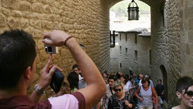 Turistas en las calles de Uncastillo, en las zaragozanas Cinco Villas