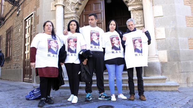 Familiares de Miguel Ángel Cortés, este mediodía delante de la Audiencia Provincial de Toledo