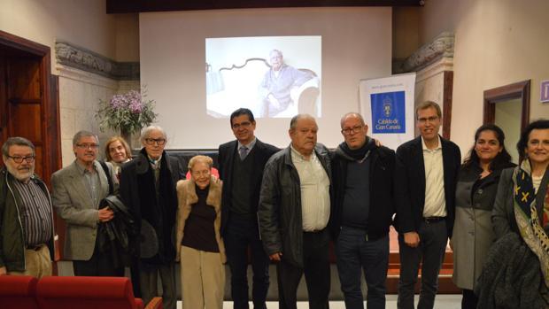 Foto de familia tras el acto con Pepe Dámaso junto a la viuda de Antonio de Bèthencourt