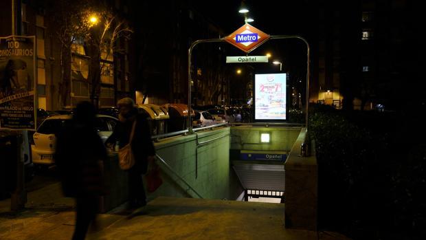 La parada de Metro de Opañel, anoche, donde actuaba el sospechoso