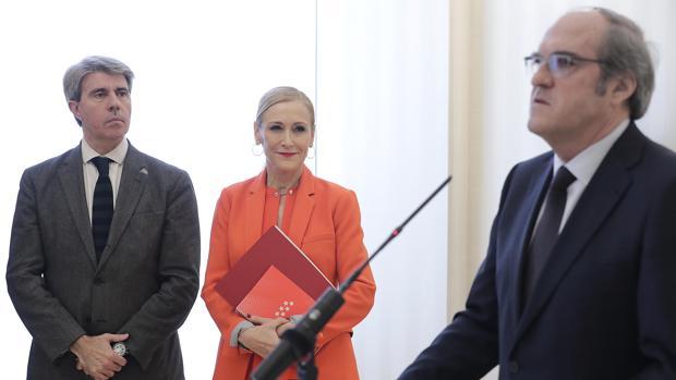 Ángel Gabilondo habla ante los medios, ante la mirada de Cifuentes y Ángel Garrido
